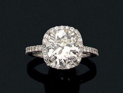 Bague en or gris sertie d'un important diamant...