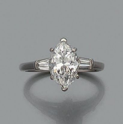 Bague en platine sertie d'un diamant de taille...