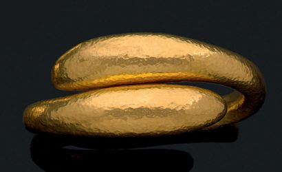 Bracelet jonc en or jaune martelé  Pb.:45.77gr...