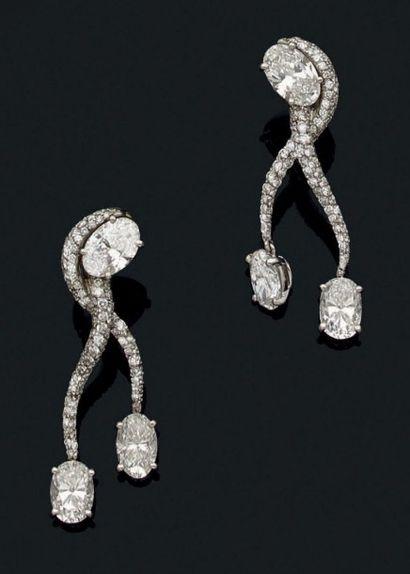 Paire de pendants d'oreilles stylisés en...
