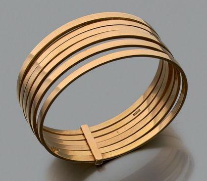 Large bracelet  composé de six joncs solidaires...