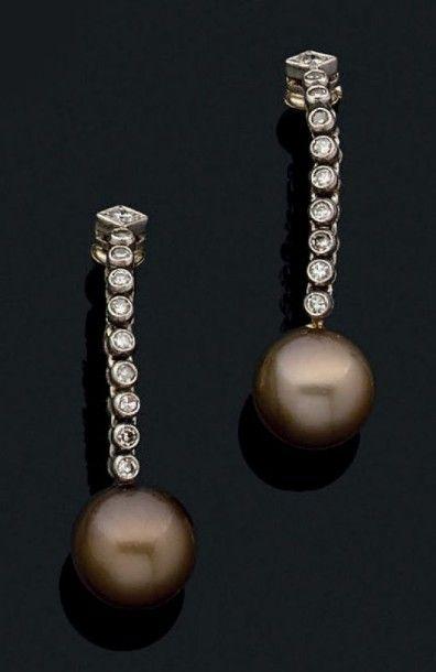 Paire de pendants d'oreilles en gris 18k...