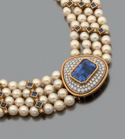 Important collier composé de 4 rangs de perles...