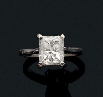 Bague en or gris 18k sertie d'un diamant...