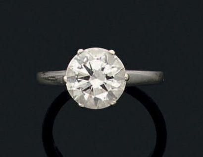 Bague en or gris 18k sertie d'un diamant solitaire de taille moderne.  Poids du...