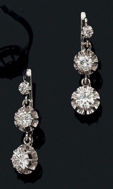 Paire de pendants d'oreilles en or gris 18k sertis de trois diamants de taille brillant...