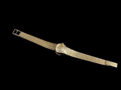 OMEGA Montre de dame en or jaune 18k, bracelet tressé. En l'état. Pb: 29,8 gr