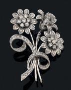 Broche «fleur» en or gris 18k sertie de diamants...