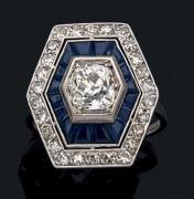 Bague en or gris 18k sertie d'un diamant de taille ancienne dans un double entourage...