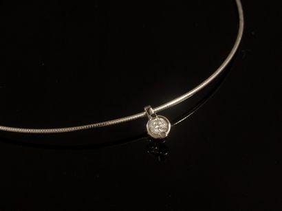 Collier en or gris 18k serti d'un diamant...
