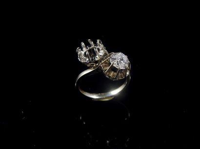 Bague «Toi et Moi» en platine et or gris sertie d'un diamant taille ancienne. Manque...