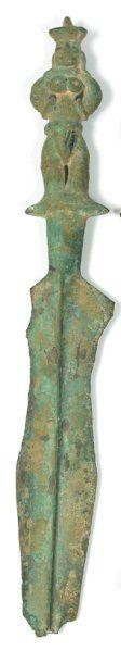 Epée Bronze. L.: 40 cm Vietnam. Culture de Dông Son. ca 5°-1° bc Importante épée...