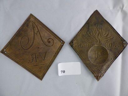 Lot de 2 plaques losangiques de shako, en laiton estampé: motif à la grenade chiffrée...