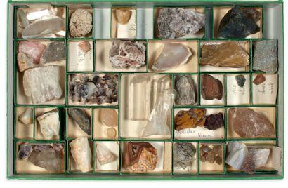 Collection de trois coffrets de minéraux. (Agates, quartz...)