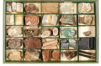 Collection de quatre coffrets de minéraux et fossiles divers