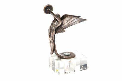 «Triomphe» Mascotte Art déco signée F. Bazin....