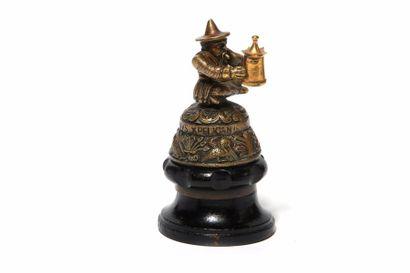 Le Mandarin à la lanterne En bronze, signé,...