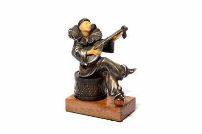 PIERROT MUSICIEN En bronze et résine, monté...