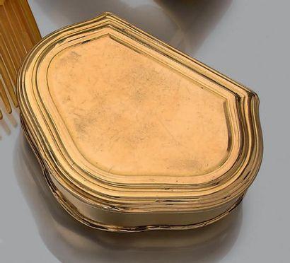 Petite boite en or jaune 18k de forme rectangulaire contournée. Dim.:4.5 x 7 cm...
