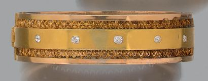 Bracelet manchette en or jaune 18K (750) serti au centre d'une ligne de diamants...