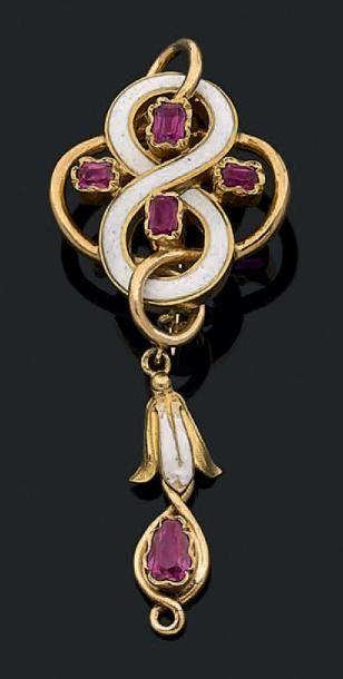 Broche en or jaune 18k (750) et émail blanc formant un motif entrelacé de rubis?...