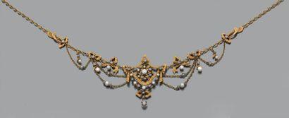 """Collier """"draperie"""" en or jaune 18k (750) ciselé de rubans ornés de petites perles..."""