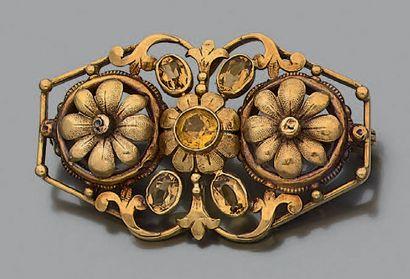 Broche en or jaune et rose 18k (750) à décor ajouré de fleurettes et volutes sertie...