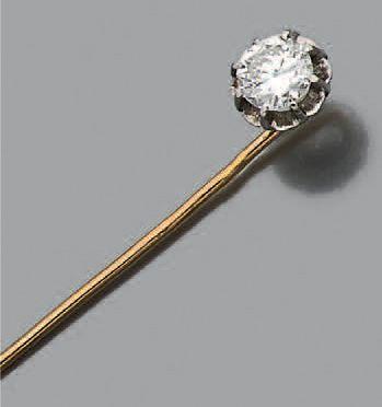 Epingle en or jaune et gris 18k (750) sertie d'un diamant demi taille. Poids du...