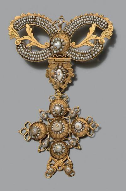 Important pendentif articulé en or jaune 18k (750) ciselé retenant une croix, l'ensemble...