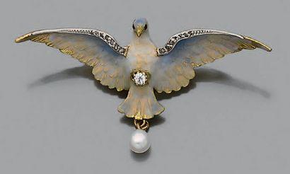 """Broche-pendentif """"colombe"""" en or jaune 18k (750) émaillé sertie d'une ligne de petits..."""