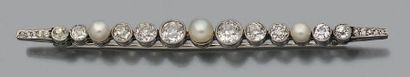Broche barrette en PLATINE (950) sertie d'une ligne de diamants de taille ancienne...