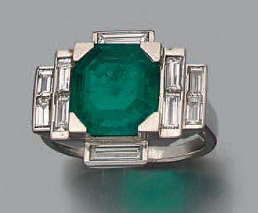 Bague en platine (950) sertie d'un émeraude rectangulaire dans un entourage de diamants...