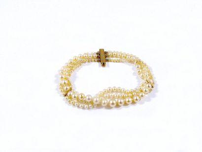 Bracelet composé de 3 rangs de perles supposées fines en chute, alternés de barrettes...