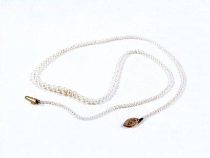 Collier composé d'une chute de perles supposées...