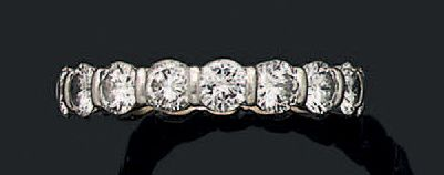 Alliance en or gris 18k (750) sertie de brillants. Poids des diamants: env 3 carats...
