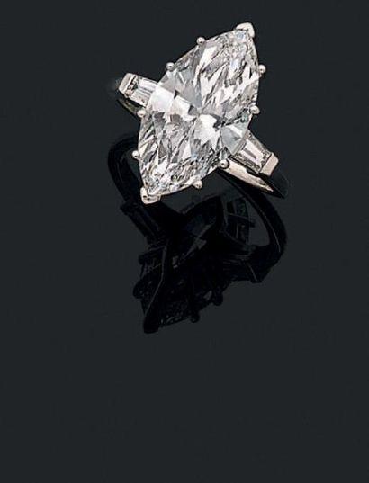 Bague en platine (950) ornée d'un diamant * de taille marquise épaulé de deux diamants...