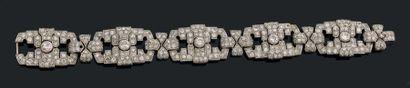 Bracelet ruban articulé en platine (950) à motifs géométriques sertis de diamants...
