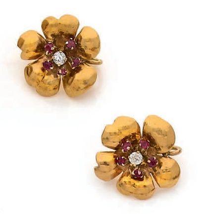"""Paire de pendants d'oreilles """"fleurs"""" en or jaune 18k (750) sertis de brillants..."""