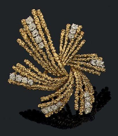 "BOUCHERON Grand clip ""artifice' en or jaune 18k (750) martelé serti de ligne de diamants..."