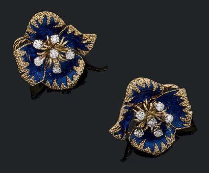 """CARTIER Paire de clips d'oreilles """"fleurs"""" en or jaune 18k et platine (950) sertis..."""