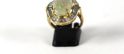 Bague en or jaune 18K sertie d'une opale dans un entourage chantourné de diamants...