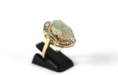 Bague en or jaune 18K sertie d'une opale...