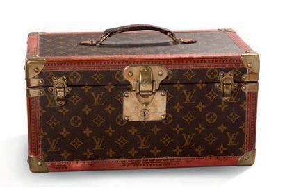 LOUIS VUITTON Vanity case rigide en toile Monogram, bordures lozinées, angles renforcés,...