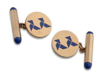 CARTIER Paire de boutons de manchettes en or jaune 18K (750) et émail bleu à décor...