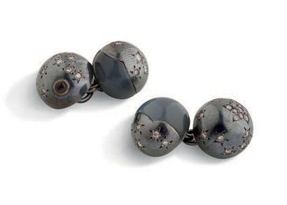 JAR Paire de boutons de manchettes or noirci et agate réhaussé de diamants. Pb: 11.97gr...