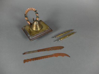 Encrier de bureau à socle en bois avec deux coupes papiers et deux portes plumes....