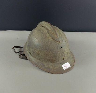 Lot: coque de casque modèle 1926 et 5 bidons....