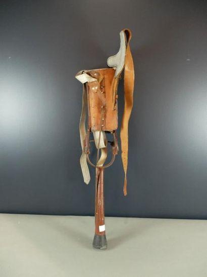 Prothèse de jambe articulée en fer peint...