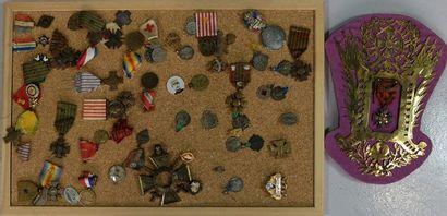 Lot d'environ 55 décorations, journées, divers: croix de guerre; interallié;...