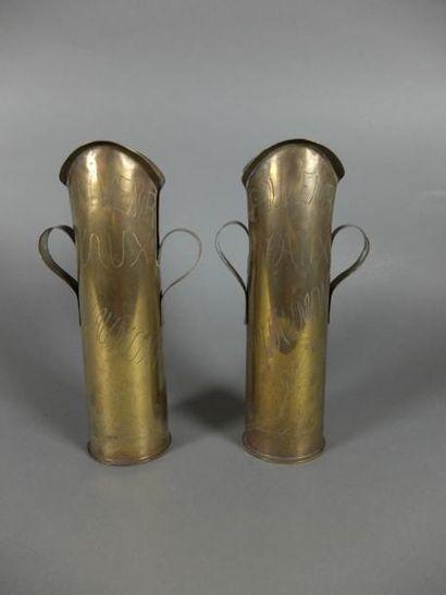 Paire de douilles à anses à cols découpés gravées « souvenirs Vaux Douaumont » et...